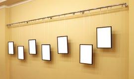 Zeven frames met canvas op de tentoonstellingsrichel Royalty-vrije Stock Afbeeldingen