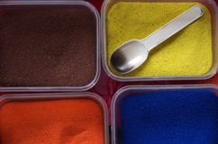 Zeven gekleurd zand stock foto's