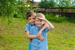 Zeven-jaar-oude tweelingenjongens stock foto