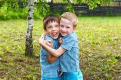 Zeven-jaar-oude tweelingjongens stock afbeelding