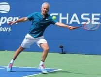 Zeven keer Grand Slam-Kampioen John McEnroe in actie tijdens de gelijke van de het US Opententoonstelling van 2018 in onlangs ope royalty-vrije stock foto