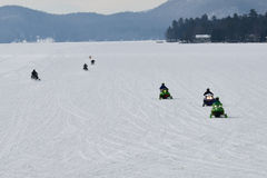 Zeven sneeuwscooters op Prettig Meer Stock Afbeeldingen