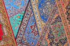 Zeven tapijten liggen in willekeurige orde op elkaar Royalty-vrije Stock Foto