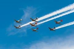 Zeven AT-6 Texans Beweging Verlaten over Hemel Royalty-vrije Stock Foto's