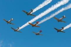 Zeven AT-6 Texans Vlieg over het Slepen van Rook Royalty-vrije Stock Foto's