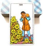 7 zeven van Pentacles de Beloningen van de de Oogsttijd van de Tarotkaart vloeien de Bonus van de Dividendenaandelen van Winstuit royalty-vrije illustratie