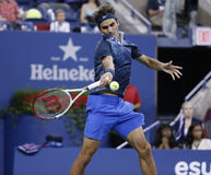 Zeventien keer Grote Slagkampioen Roger Federer tijdens derde ronde gelijke bij US Open 2013 tegen Adrian Mannarino Royalty-vrije Stock Foto's