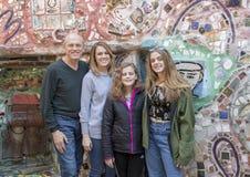 Zeventig éénjarigen het mannelijke stellen met zijn dochter en twee kleindochters in de Magische Tuin van Isaiah Zagar, Philadelp Stock Afbeelding
