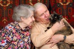 Zeventig éénjarigenpaar met kat Royalty-vrije Stock Foto's