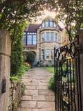 Zewnętrznego widoku i ogródu gazon Piękna Stara Wiejska Angielska chałupa Mieści wczesnego poranek zdjęcia royalty free