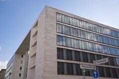 Zewnętrznie fasada Foreign Office Federacyjna republika Niemcy z odbiciem miasto pałac plac budowy Obrazy Stock