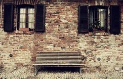 Zewnętrznie widok stara ławka w włoskim farrmhouse obrazy stock