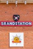 Zewnętrzny ściana z cegieł na posterunku straży pożarnej z znakami i tekstem Obraz Stock