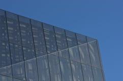 Zewnętrzny aluminium załatwiał żaluzja system jako budynek fasada Manche zdjęcia stock