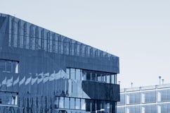Zewnętrzny aluminium załatwiał żaluzja system jako budynek fasadowy Machester Anglia zdjęcia royalty free