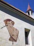 Zewnętrzny architektoniczny szczegół z sundial od pielgrzymka kościół St John Nepomuk, w Lana Di Sopra wewnątrz lub Oberlana obraz royalty free
