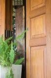 Zewnętrzny Drewniany drzwi I rośliny garnek Zdjęcia Royalty Free