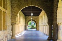 Zewnętrzny kolumnada korytarz, Stanford, Kalifornia obrazy royalty free