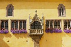 Zewnętrzny szczegół urzędu miasta budynek z gothic okno w Regensburg, Niemcy Zdjęcie Royalty Free