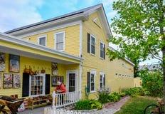 Zewnętrzny widok obyczajowy dom i prezenta sklep sławni, budujący, zdjęcie royalty free