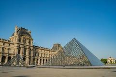 Zewnętrzny widok sławny ostrosłupa i louvre muzeum przy Paryż obraz stock