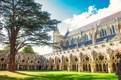Zewnętrzny widok Salisbury Katedralny jard w Salisbury Wiltshire UK w słonecznym dniu Medevial architektura Selekcyjna ostrość Od zdjęcia royalty free