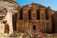 Zewnętrznego widoku monasteru reklama Deir z oleandrowym krzaka Petra Jordania zdjęcie stock