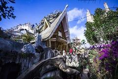 Zewnętrzny widok i nieprawdopodobna architektura Szalony dom Fotografia Royalty Free