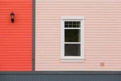 Zewnętrznej ściany kolorowy popiera kogoś okno i lampa Obraz Stock