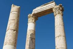 Zewnętrzny szczegół antyczne kamienne kolumny przy cytadelą Amman w Amman, Jordania Zdjęcia Stock