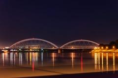 Zezelj-Brücke über Donau in Novi Sad bis zum Nacht stockbilder