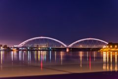Zezeljbrug over Donau in 's nachts Novi Sad royalty-vrije stock foto's