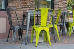 Zgłasza i krzeseł siedzieć outside na kawiarnia tarasie fotografia stock