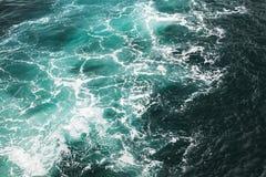 Zgłębia błękitną burzową wody morskiej powierzchni teksturę Zdjęcie Royalty Free