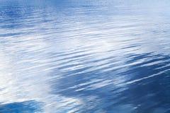 Zgłębia błękitną jezioro wody tła teksturę Obraz Royalty Free