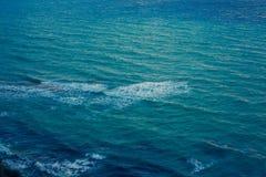 Zgłębia Błękitną ocean powierzchnię z fala i Pienić się przy tempem popiół, Ciemny turkus wody falowanie morze śródziemnomorskie  obraz stock