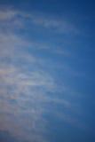Zgłębia błękitnego pastelowego chmurnego nieba brzmienia tła koloru wzór Fotografia Royalty Free