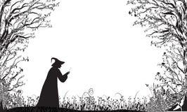 Zgłębia czarodziejskiego lasu sylwetkę i czarownicy z magiczną różdżką, Halloween czarodziejka Fotografia Stock