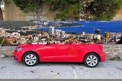 Zgłębia - czerwonego Audi A1 w ulicie Fotografia Royalty Free