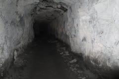 Zgłębia inside Skalistej góry krypty i archiwa tunelowych obraz royalty free