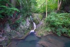 Zgłębia lasową siklawę (Erawan Siklawa) Obraz Royalty Free