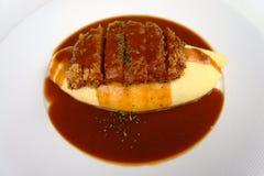 Zgłębia smażącą wieprzowinę z curry'ego kumberlandem i omelette Fotografia Stock