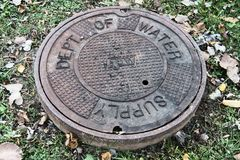 Zgłębiający dostawy wody Manhole pokrywa Fotografia Stock