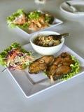 Zgłębiam smażył ryba z kwaśną i korzenną mangową sałatką Fotografia Royalty Free