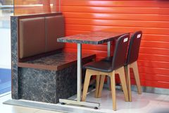 Zgłasza i krzesła i kanapa w fasta food sklepie zdjęcie royalty free