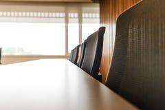 Zg?asza i krzes?a w pustym biznesowym sali konferencyjnej wn?trzu fotografia stock