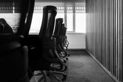 Zg?asza i krzes?a w pustym biznesowym sali konferencyjnej wn?trzu obraz stock