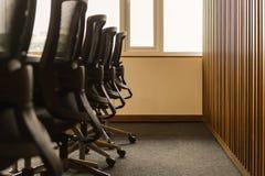 Zg?asza i krzes?a w pustym biznesowym sali konferencyjnej wn?trzu obraz royalty free