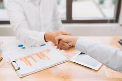 Zgoda w biznesowych negocjacjach handshake pracujący strategia rozwoju podejmowanie decyzji obrazy royalty free