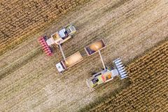 Zgromadzenie kukurudza w polu Uprawiać ziemię, widok z lotu ptaka fotografia royalty free